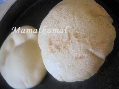 Batbout (بتبوت) ou Toghrift (توغريفت) ou M'kham'r ou M5amr ou Mkhamar (مخمر) est parmi des nombreux pains marocains traditionnels et originals qui existent. 14710