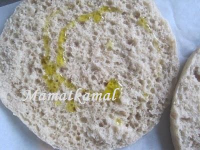 Batbout (بتبوت) ou Toghrift (توغريفت) ou M'kham'r ou M5amr ou Mkhamar (مخمر) est parmi des nombreux pains marocains traditionnels et originals qui existent. 33710