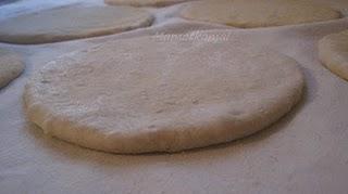 Batbout (بتبوت) ou Toghrift (توغريفت) ou M'kham'r ou M5amr ou Mkhamar (مخمر) est parmi des nombreux pains marocains traditionnels et originals qui existent. 410