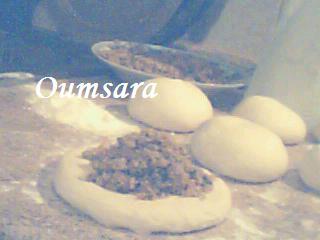 Batbout (بتبوت) ou Toghrift (توغريفت) ou M'kham'r ou M5amr ou Mkhamar (مخمر) est parmi des nombreux pains marocains traditionnels et originals qui existent. Goutte10