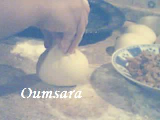 Batbout (بتبوت) ou Toghrift (توغريفت) ou M'kham'r ou M5amr ou Mkhamar (مخمر) est parmi des nombreux pains marocains traditionnels et originals qui existent. Goutte11