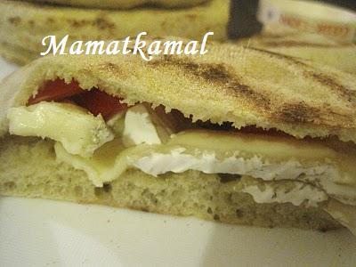 Batbout (بتبوت) ou Toghrift (توغريفت) ou M'kham'r ou M5amr ou Mkhamar (مخمر) est parmi des nombreux pains marocains traditionnels et originals qui existent. Sandwi10