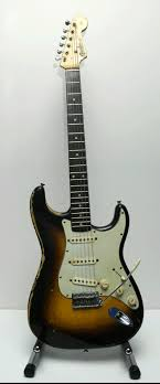 Ses guitares - Page 2 Fender12