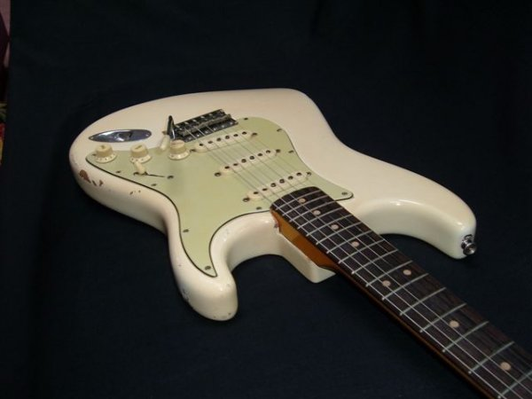 Ses guitares - Page 2 L1498510