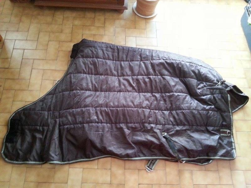 Beaucoup de matériel à vendre (tapis, sangle, couverture, protections CSO, guêtres dressage, licol étho, veste imper, ...) 10904911