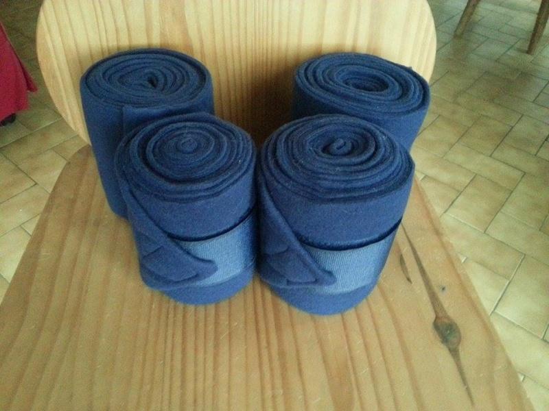 Beaucoup de matériel à vendre (tapis, sangle, couverture, protections CSO, guêtres dressage, licol étho, veste imper, ...) 10928011