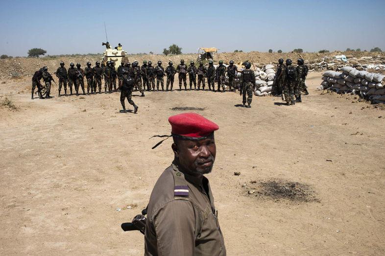Forces Armées Camerounaises - Page 3 831