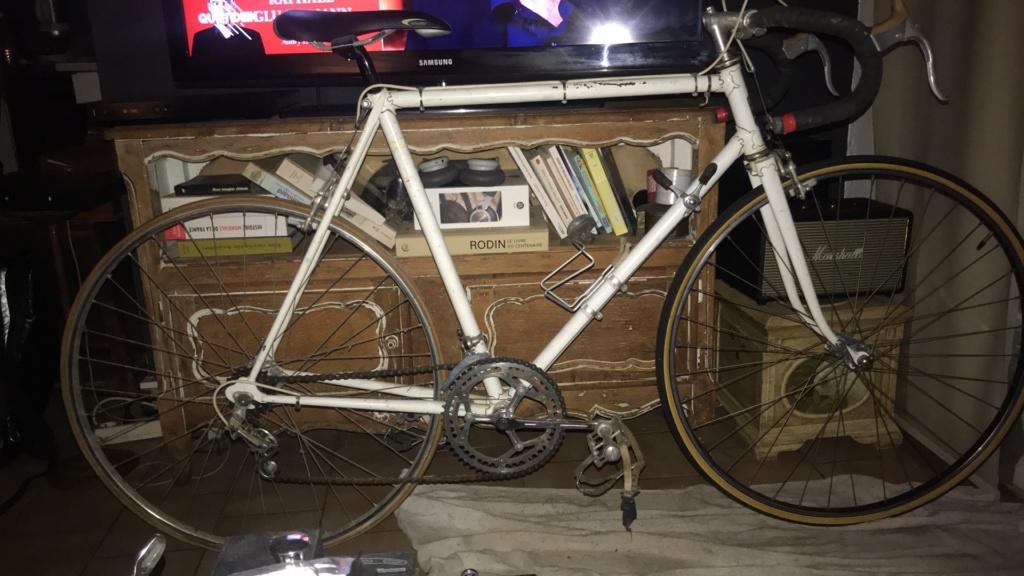Vélo de course qui ressemble à un Peugeot mais qui n'en n'est pas un  A842e510