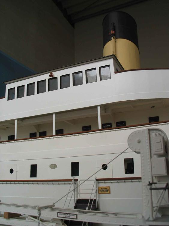 Placca del costruttore Harland & Wolff su prua Titanic 4110
