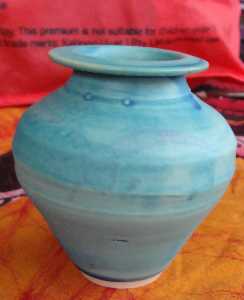 Little blue pot, unfamiliar mark Dsc05217
