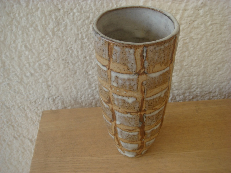 Is it Studio ? Is it British? Unmarked and surprisingly heavy..Stoneware ? Copie198