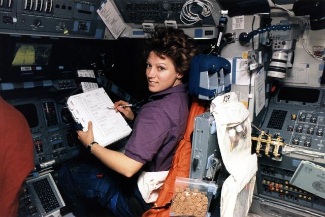 20ème anniversaire de la mission STS-63 / Eileen Collins devient la première femme pilote de navette spatiale Sts-6311