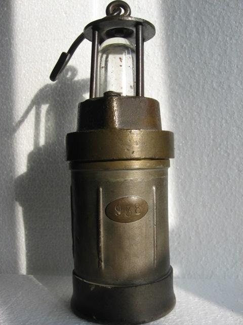 lampes de mineurs,  divers objets de mine, outils de mineur et documents  00311