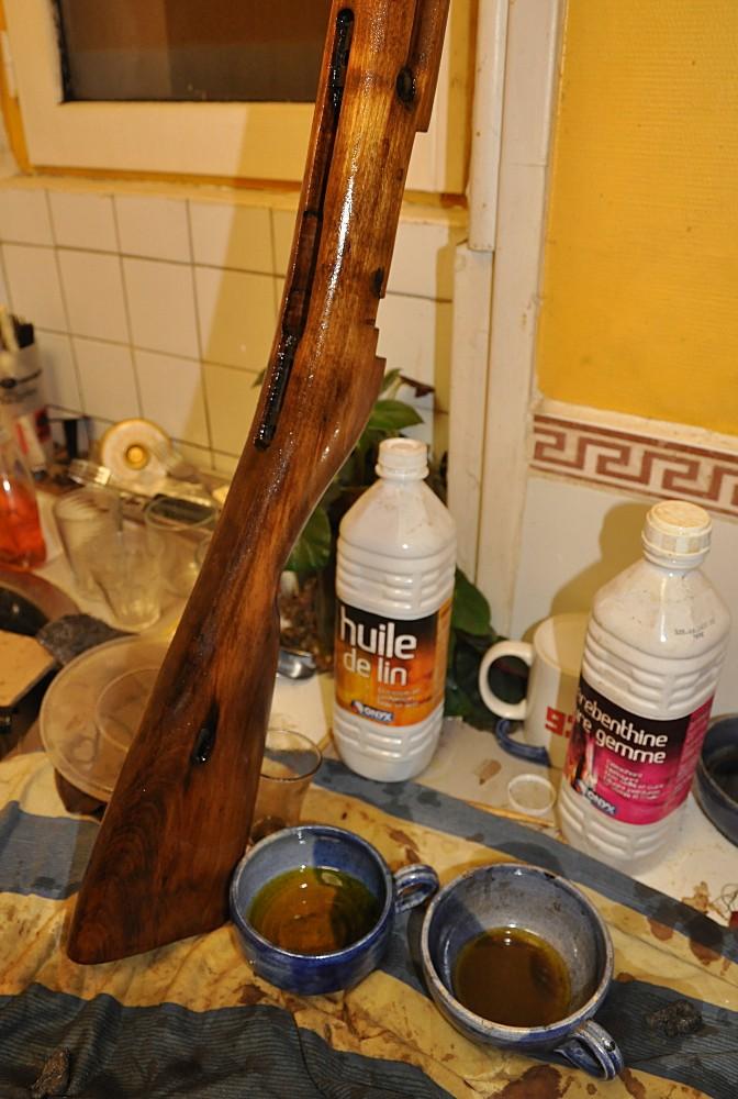 Ponçage à l'huile d'une crosse de Mosin Poncag13