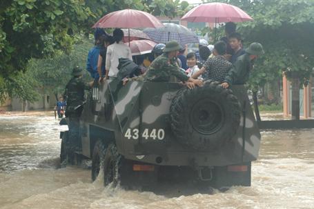 QK1: Điều xe lội nước chở thí sinh đến trường thi Anh-5-10