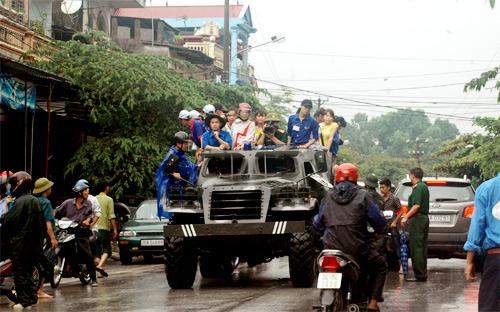 QK1: Điều xe lội nước chở thí sinh đến trường thi Mua1510