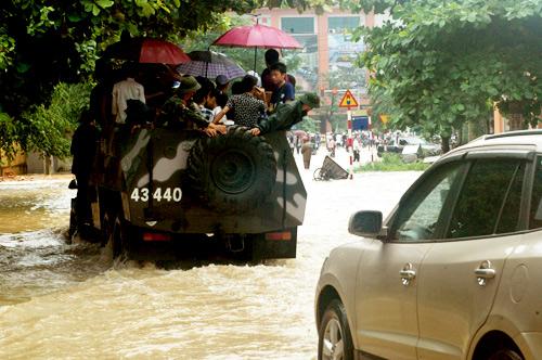 QK1: Điều xe lội nước chở thí sinh đến trường thi Mua410