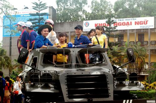 QK1: Điều xe lội nước chở thí sinh đến trường thi Mua5-110