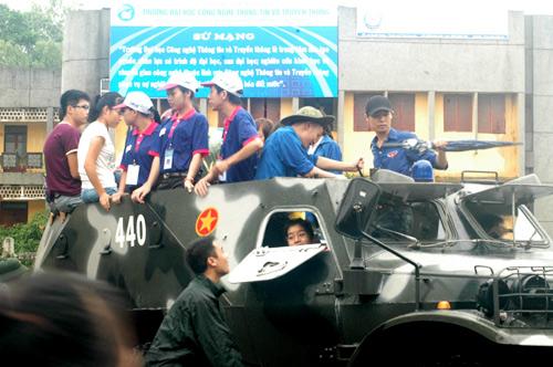 QK1: Điều xe lội nước chở thí sinh đến trường thi Mua610