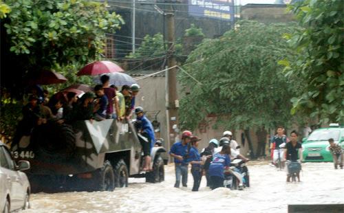 QK1: Điều xe lội nước chở thí sinh đến trường thi Mua810