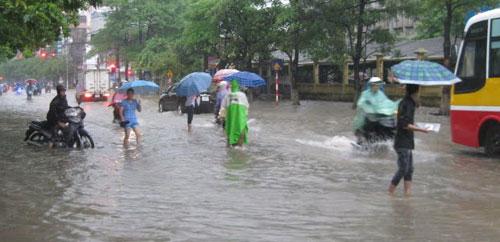 QK1: Điều xe lội nước chở thí sinh đến trường thi Thaing10