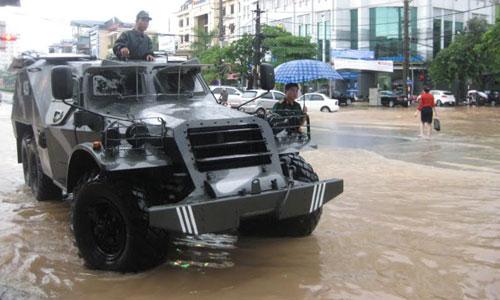 QK1: Điều xe lội nước chở thí sinh đến trường thi Thaing11
