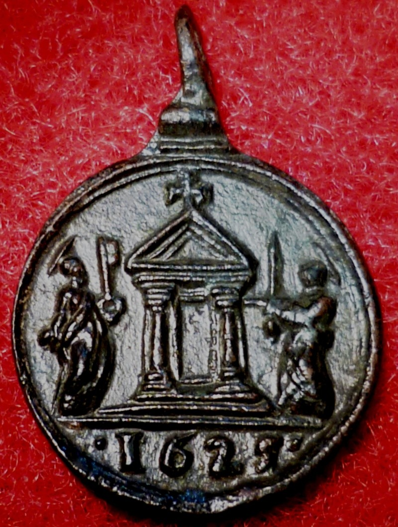 Médaille St-Pierre tenant une clef / Ste-porte / et St Paul tenant l'épée de son martyr - XVIIème  - datation inversée au revers P1040510