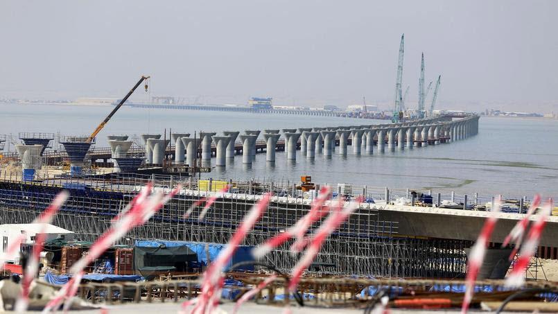 (Bientôt visible sur GE) Un pont sur la mer, de 36 km, à Koweït City. 2019-012