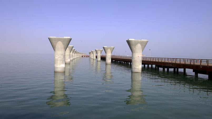 (Bientôt visible sur GE) Un pont sur la mer, de 36 km, à Koweït City. 2019-013