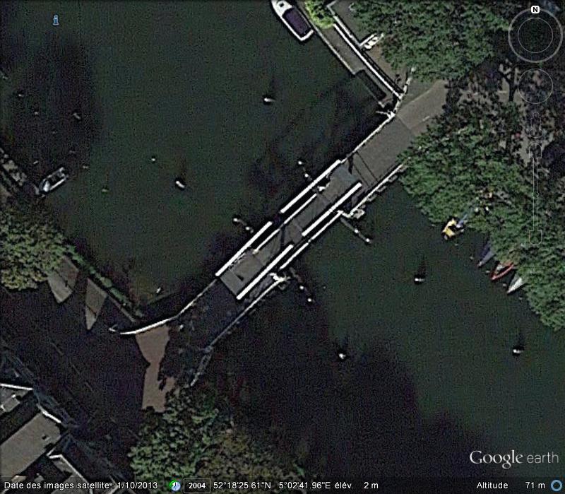 Bateau passant un pont mobile à Weesp ( Pays-Bas ) Aa13