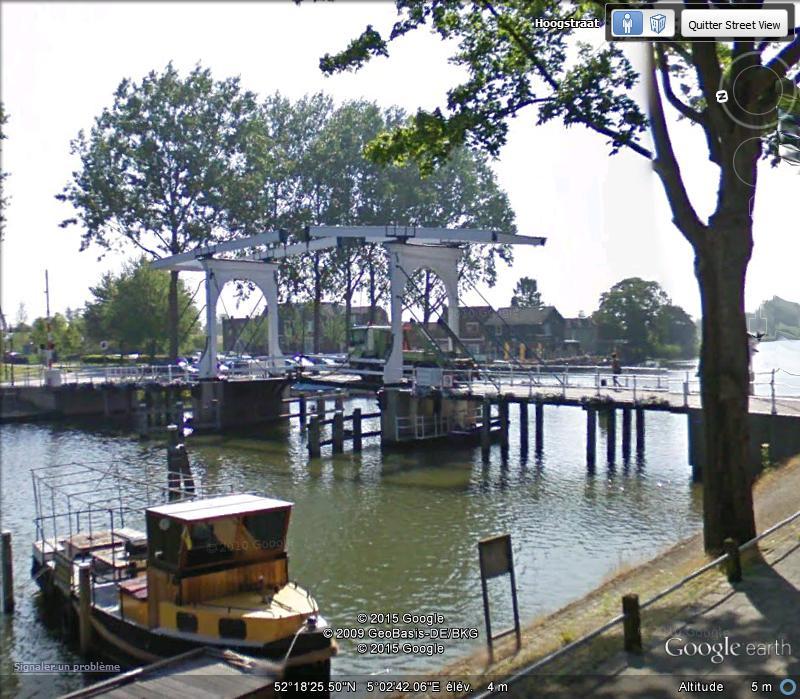 Bateau passant un pont mobile à Weesp ( Pays-Bas ) Ab14