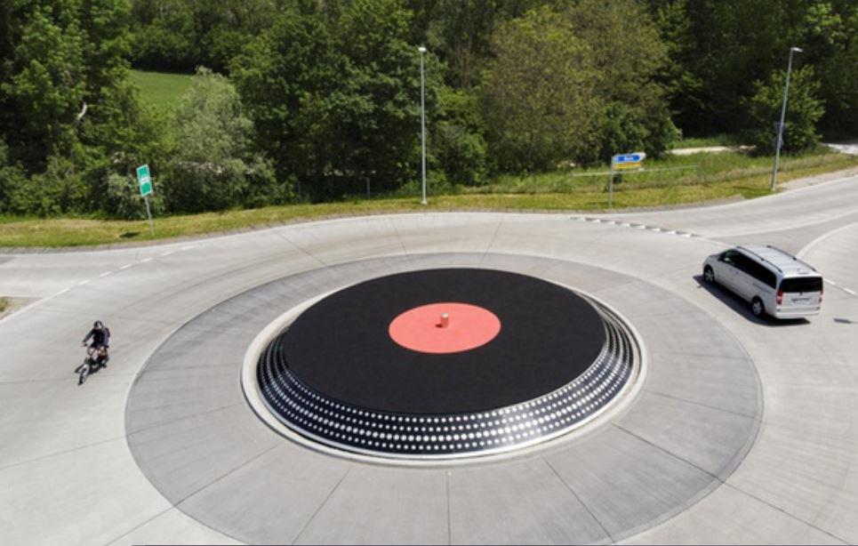 """""""Bientôt sur TSGE"""": un rond-point en forme de vinyle - Lyss - Suisse Captur62"""