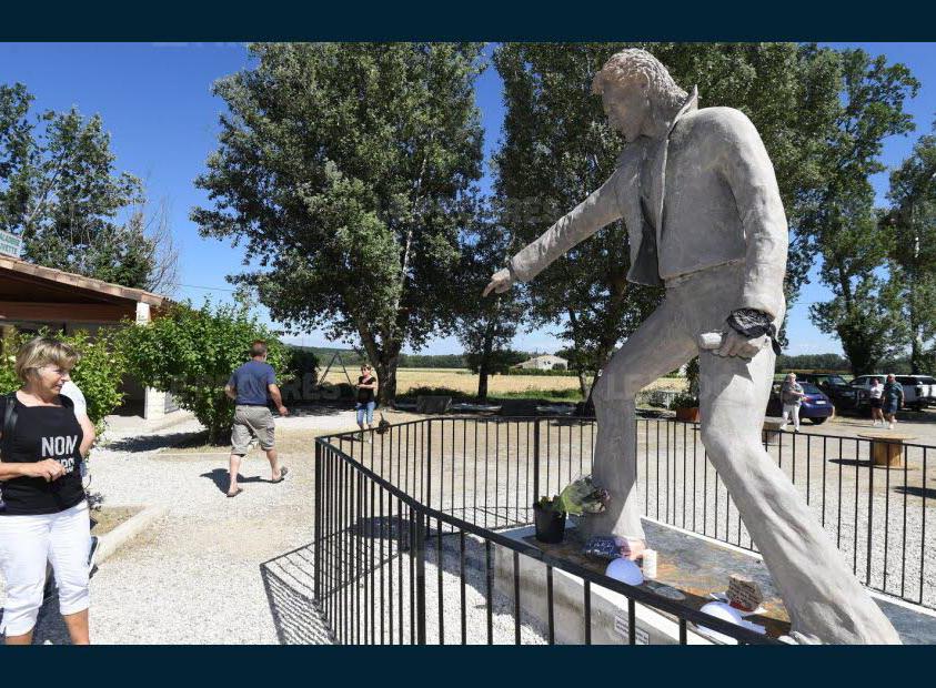 (Bientôt visible dans GE) Les statues de Johnny Halliday. Www111