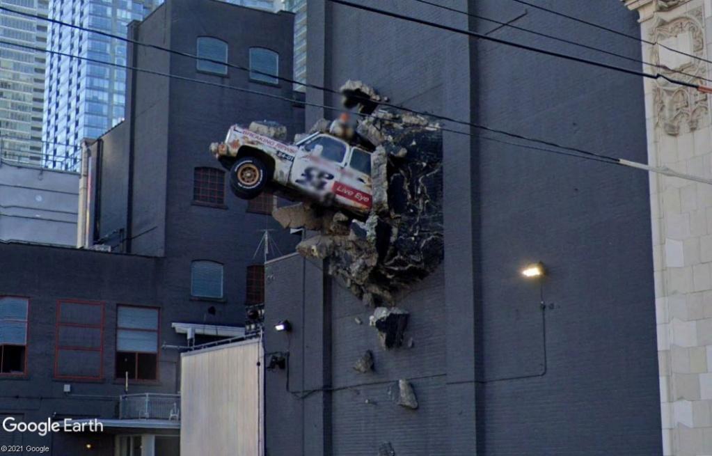 Encore une bagnole qui sort d'un mur, à Toronto - Canada Z626