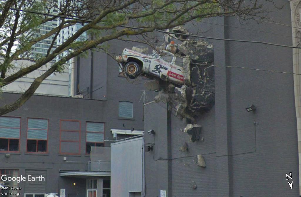 Une voiture scratchée contre un mur - Toronto - Canada Zzzz20