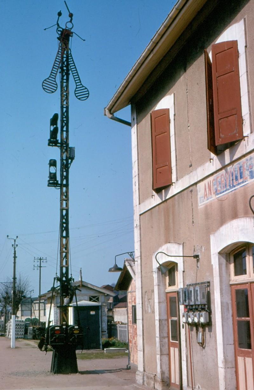 Sémaphores situés au droit des abords du bâtiment des voyageurs Ancerv12
