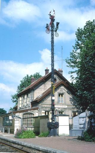 Sémaphores situés au droit des abords du bâtiment des voyageurs Vaumoi11