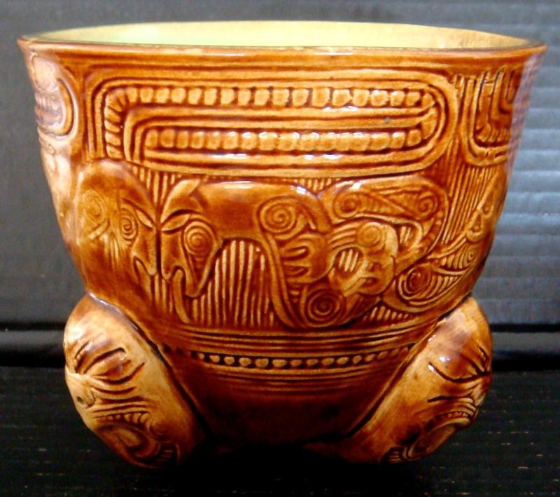 A Wharetana 1018 bowl with 3 masked feet ! Dsc06321