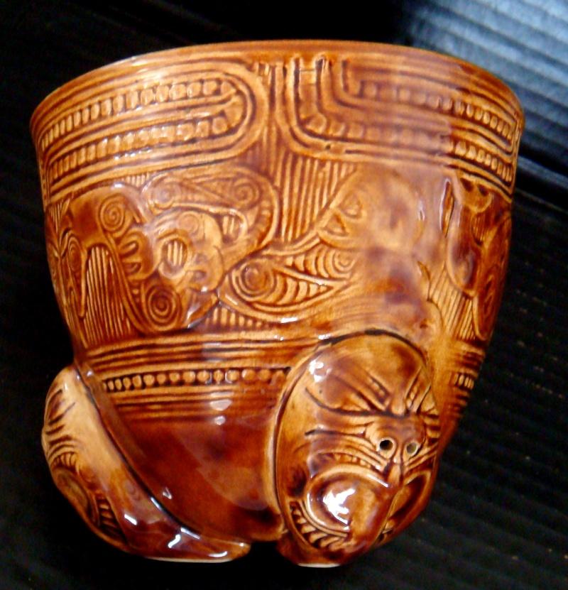 A Wharetana 1018 bowl with 3 masked feet ! Dsc06326