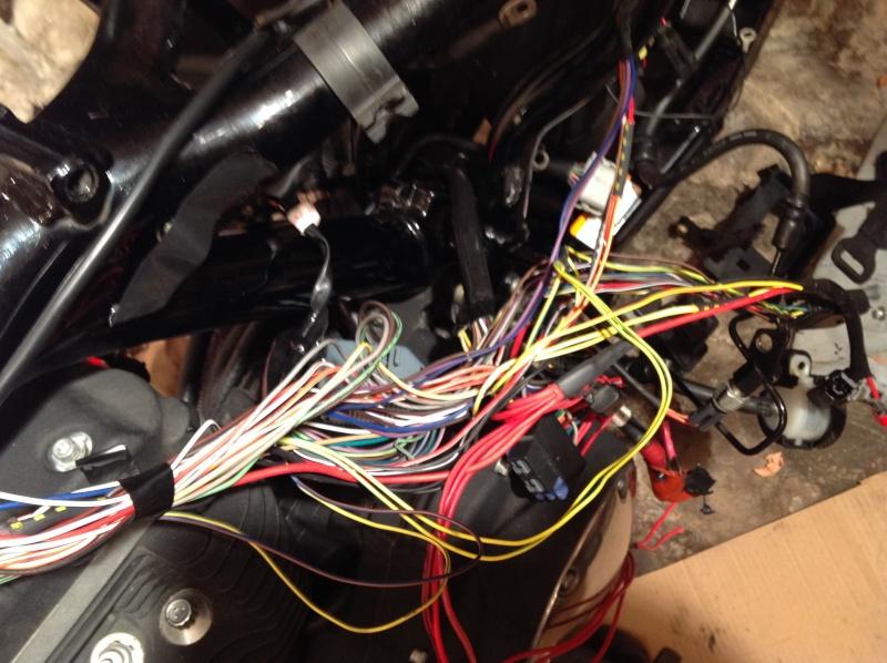 cacher le faisceau electrique sous le reservoir Iron Img_0410