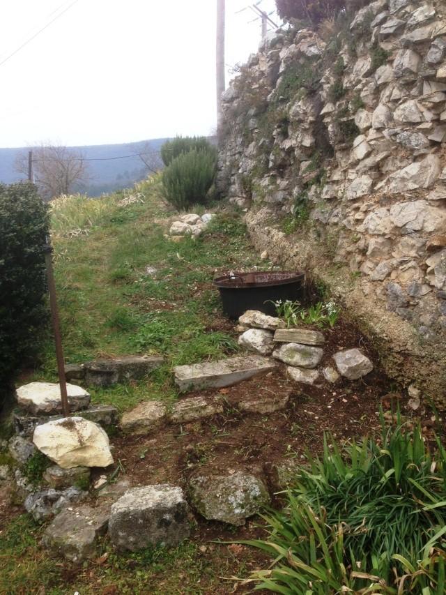 aménagement escalier et végétation contre un mur chez Abeille Octobr21