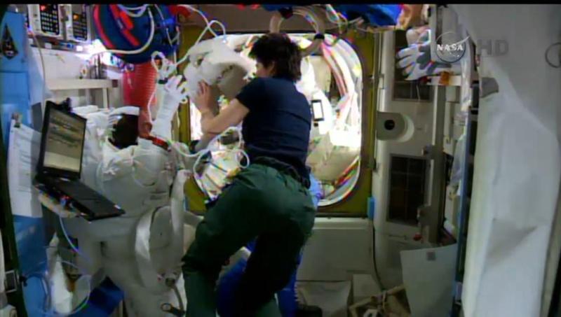 [ISS] EVA 29, 30 et 31 / 21 et 25 février - 1er mars 2015 - Page 2 1_210