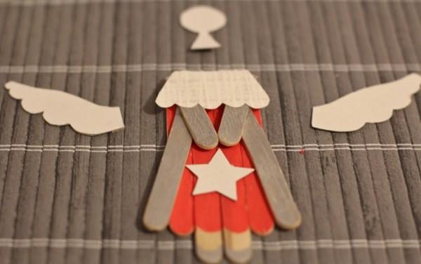 Un ange avec des bâtonnets de bois 000_0881