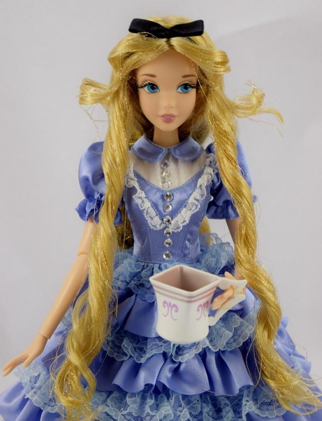 Disney Store Poupées Limited Edition 17'' (depuis 2009) - Page 3 Alice_10
