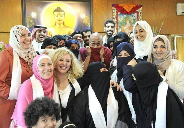 Le Dalai Lama se prête au jeu hahaha 93474310