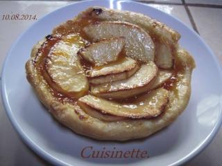 Tartelettes aux pommes  sur une confiture d'abricots. 10599410