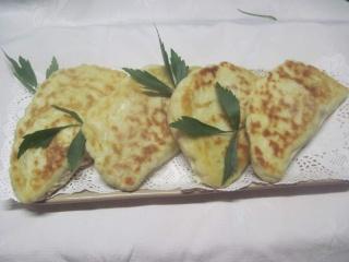 Cheese naan garnis de viande, basilic. + photos. Chees_10