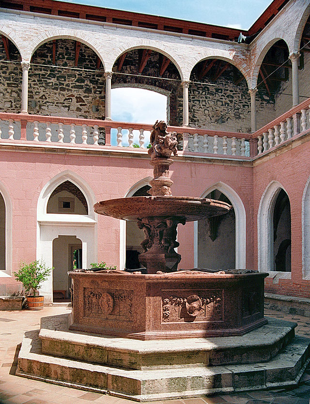 Palace Fountain 640px-10