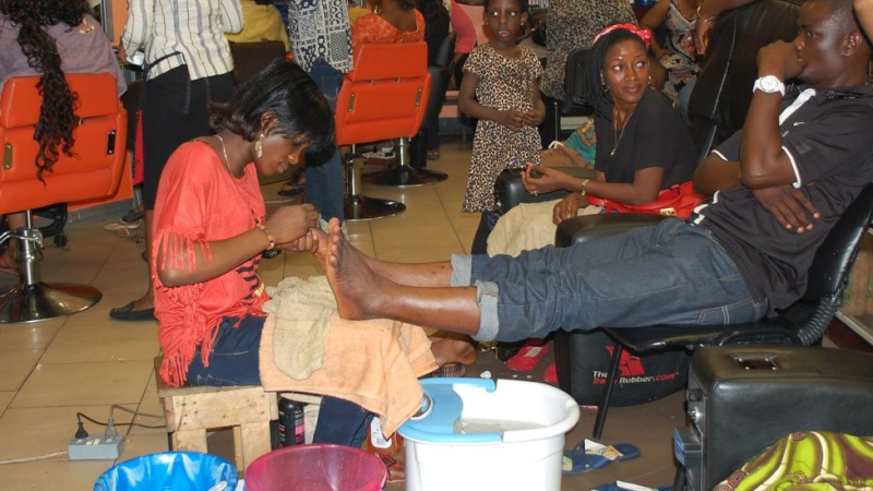 In pictures: Nigerian banker turned hairstylist spins money N510