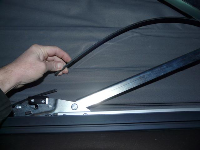 Lamelle de guidage toit ouvrant cassé nette ; référence des nouvelles pièces et le prix ! P1090514